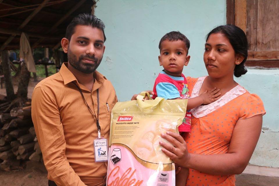 දරුවන් ඉන්න පවුල් වලට මදුරු දැල් පරිත්යාග කිරීම (Donating Mosquito Nets)