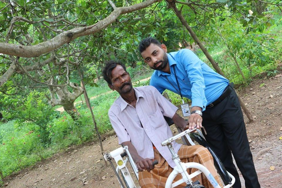 පුංචි පැලක ඉන්න ආබාධිත තාත්තා කෙනෙක්ට රෝද පුටුවක් පරිත්යාග කිරීම (Donating a Tricycle Wheelchair)