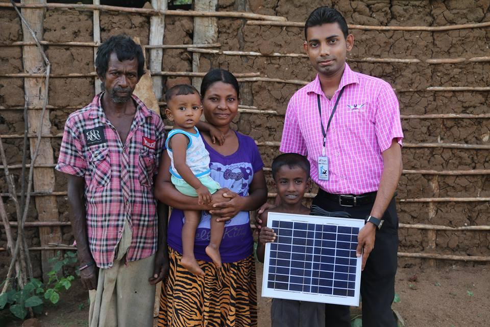 දරුවන් දෙන්නෙක් ඉන්න අසරණ පවුලකට Solar Panel මඟින් විදුලි ආලෝකය ලබාදී ඔවුන්ගේ ජීවිත අලෝකමත් කල නිලූපා අක්කා