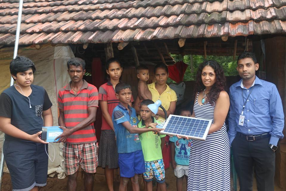 දරුවන් 5 දෙනෙක් ඉන්න අසරණ පවුලකට Solar Panel මඟින් විදුලි ආලෝකය ලබාදුන් ෆේස්බුක් මිතුරෝ