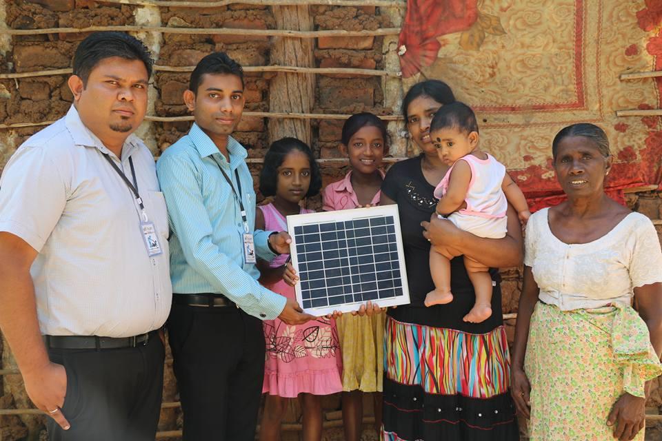 දරුවන් 3 දෙනෙක් ඉන්න පැල්පතක ඉන්න අසරණ පවුලකට Solar Panel මඟින් විදුලි ආලෝකය ලබාදුන් ෆේස්බුක් මිතුරෝ
